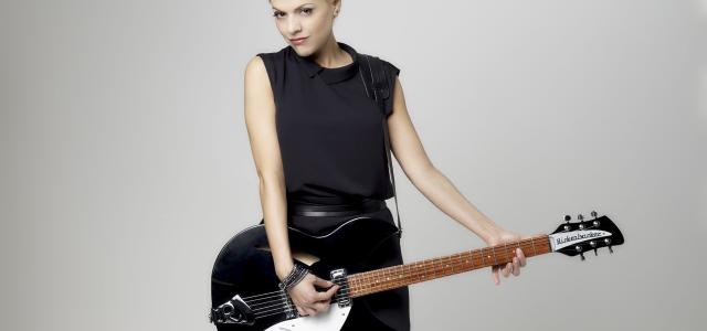 Sarah Letor Again est le deuxième album de Sarah Letor. Cette jeune compositrice-interprète à la voix grave et sucrée est très loin d'être une débutante. En effet, elle a évolué […]