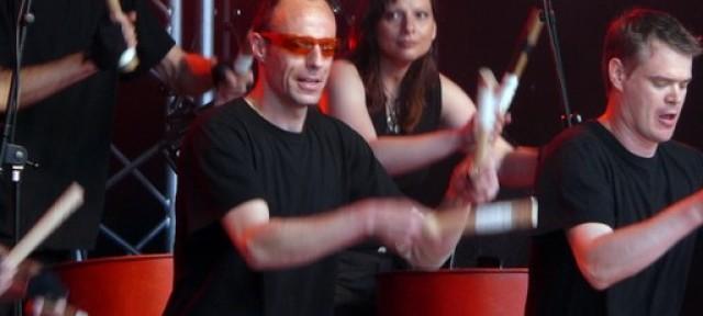 Un spectacle total, rythmique et visuel, unique et explosif! Une dizaine de percussionnistes accomplis réalisant sous vos yeux à facettes ébahis et vos antennes ravies des prouesses autant rythmiques […]