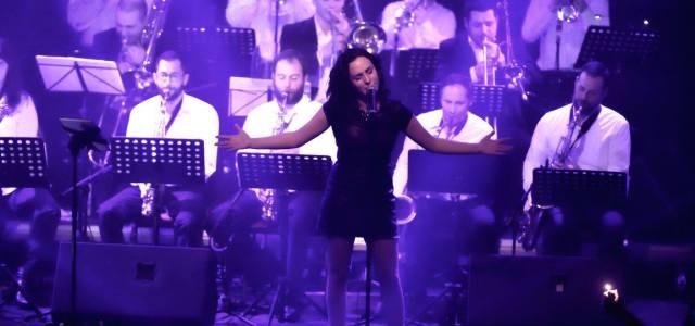 Elia fait partie de ces chanteuses qui ont de la chaleur dans la voix, le sens de la Soul et du sourire. Sous différentes formules, en duo pour la […]